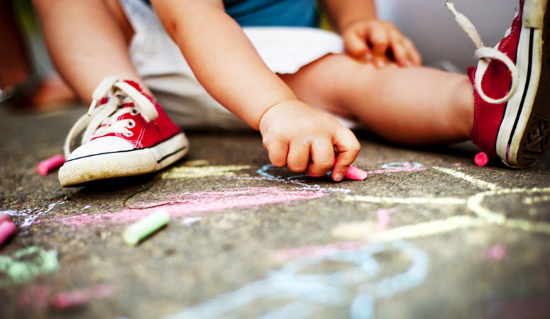 Why Your Kids Need Unstructured Play & How to Encourage It: Your kids need unstructured free play, but what do you do if your child won't play alone? Here are simple tips to encourage play in toddlers & preschoolers.