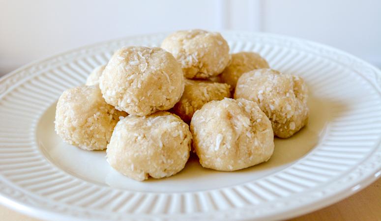 Looking for a healthy vegan dessert? Try this raw vanilla coconut macaroons recipe! Heart of Deborah