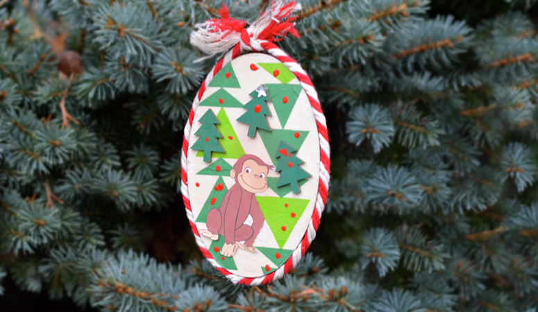 How cute is this Curious George Christmas ornament!? This mixed media collage is the perfect kid made ornament to craft this holiday season. Easy to do and no artistic talent needed!