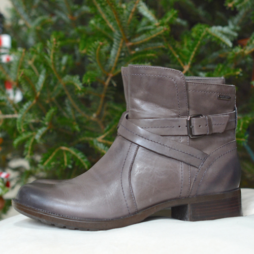 Great holiday shoes for busy moms! Love these Rockport boots.