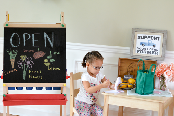 Make your own farmers market for kids! Easy farmers market dramatic play center for young kids and preschoolers. Use your imagination and build your own market with these free printables!