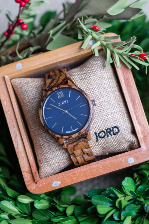 Looking for the perfect gift? Check out these 10 perfect gifts for women. In this holiday gift guide you will find unique wooden watches, luxurious beauty products and beautiful home decor.