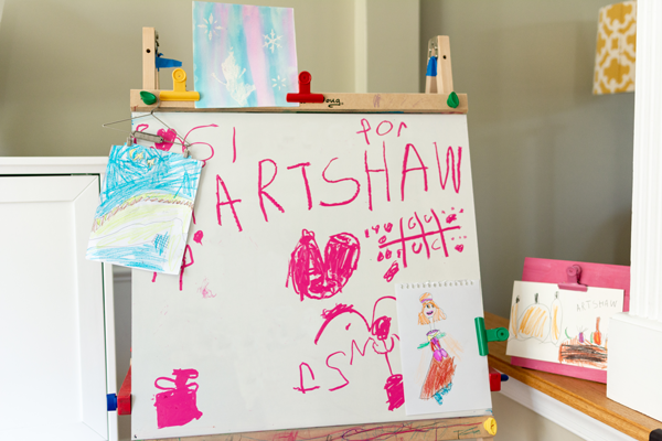 We made our own kid's art gallery and the family loved it. We spent time together as a family and celebrated art! #pretendplay #familyfun #familybonding #artshow