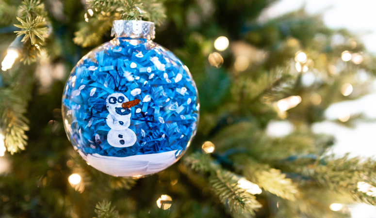 How adorable is this handmade kid's ornament! Make your own frozen ornament with olaf fingerprints from your kids!