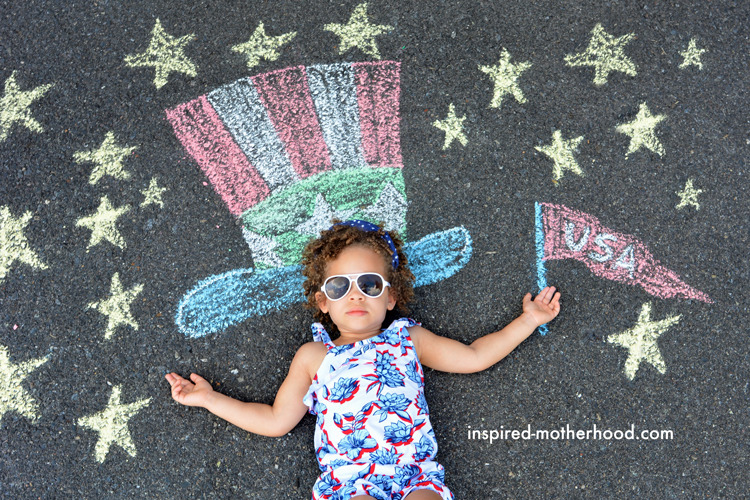 How adorable is this patriotic chalk art for kids!? Celebrate patriotic holidays with these fun kid's activities.